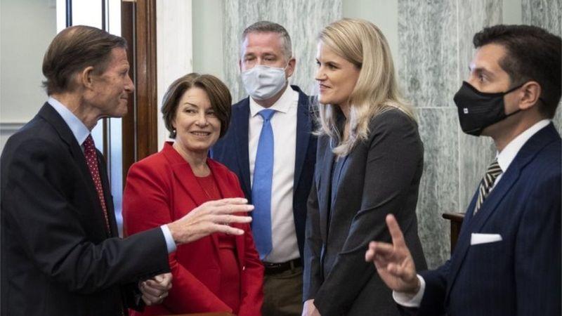 Senadores demócratas y republicanos coincidieron en la necesidad de poner más controles sobre firmas como Facebook.
